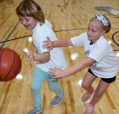 Campbellsville Elementary School third-grader Mylee Bell, at left, and first-grader Remi Petett play a game of one-on-one.