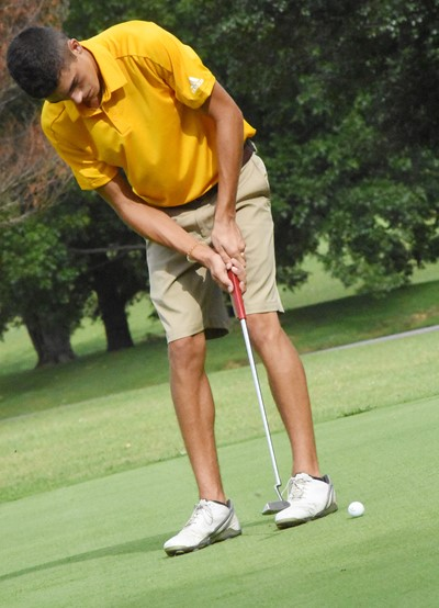 CHS junior Kameron Smith putts.