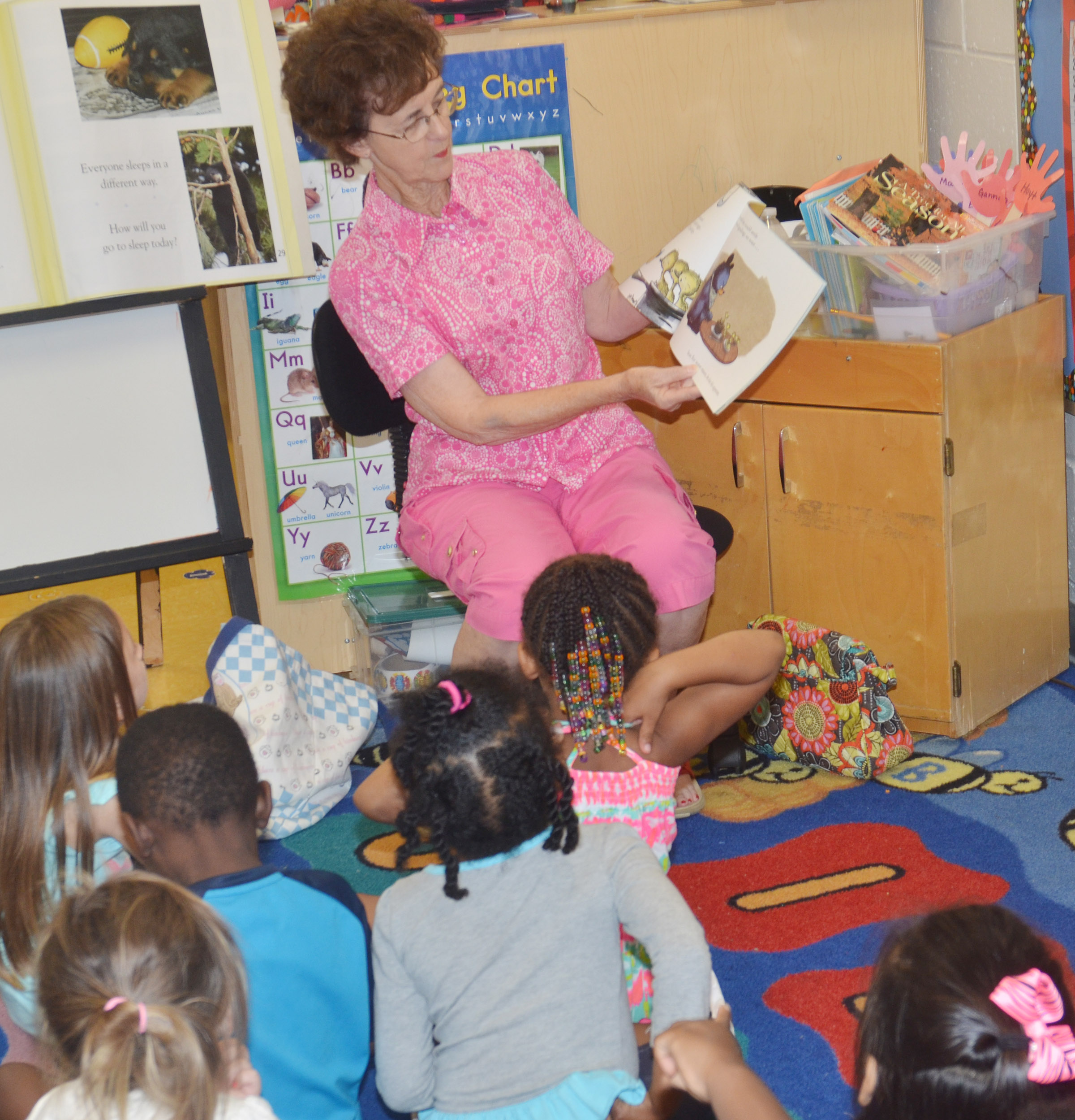 Betty Schuhmann reads to CES preschool students.