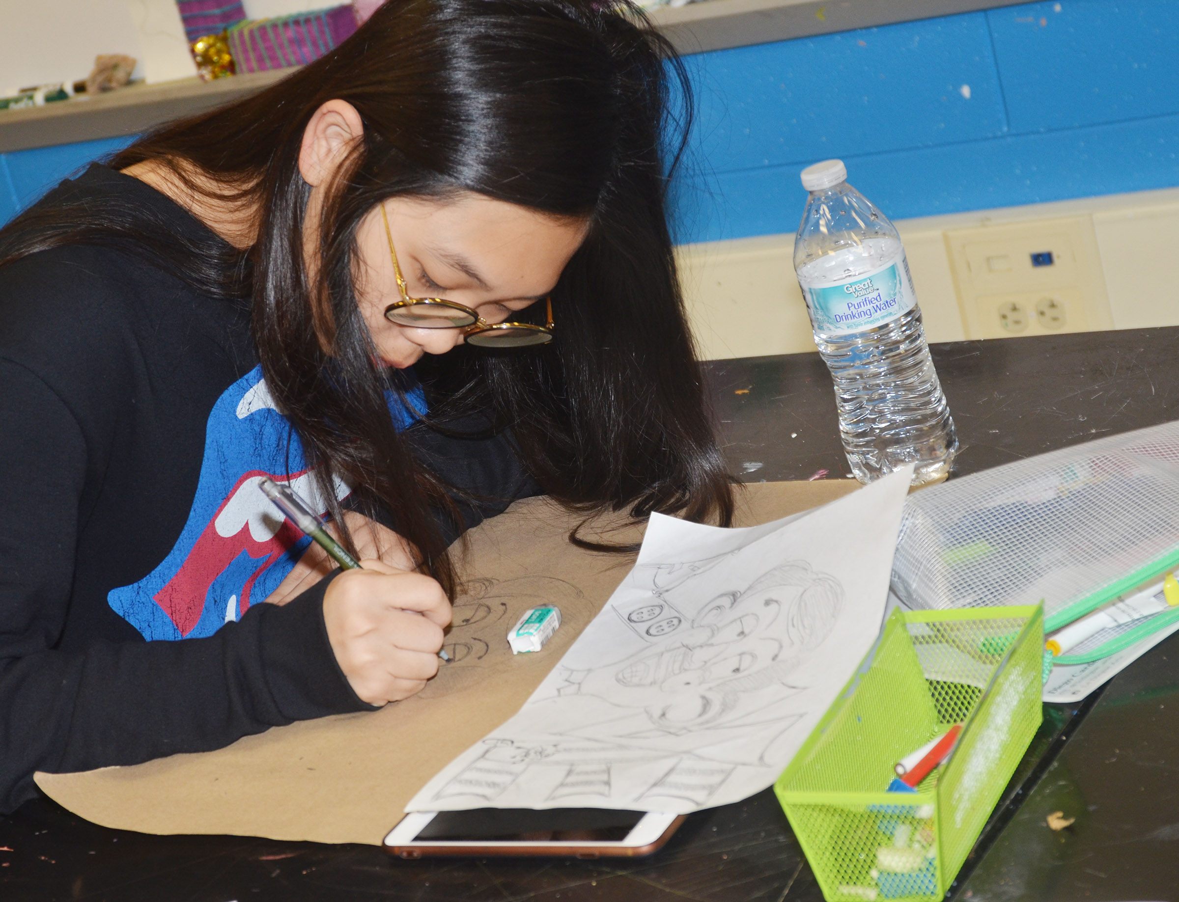 CHS junior Annie Lee creates her graffiti-style drawing.
