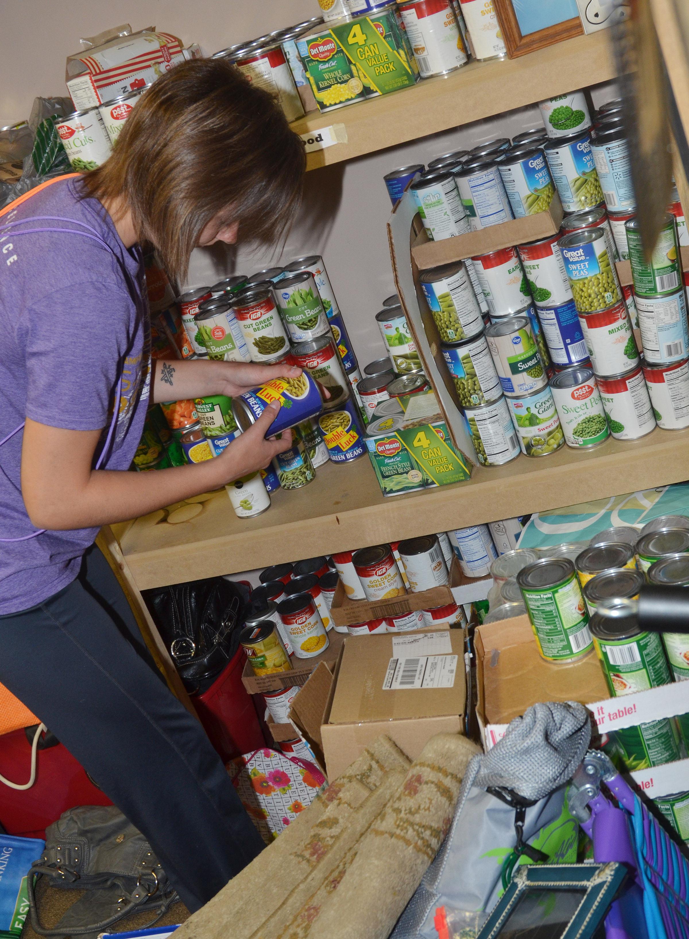 CHS senior Kyrsten Hill organizes canned goods at Green River Ministries.