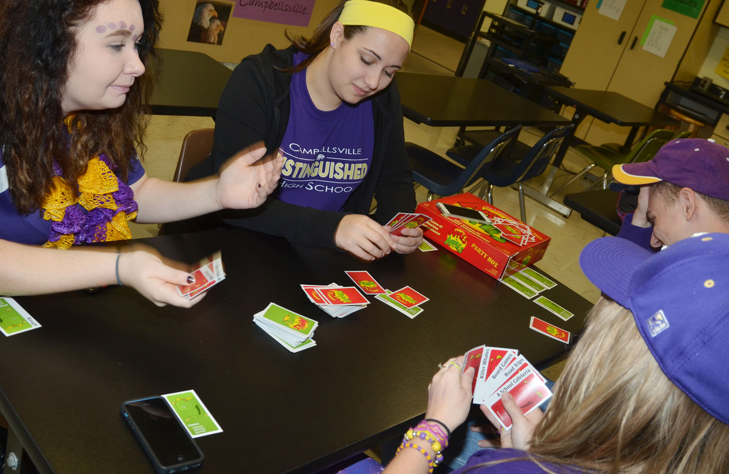 CHS students play Apples to Apples.